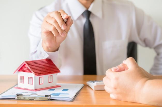El vendedor de casas se estira con lápiz negro, Foto gratis