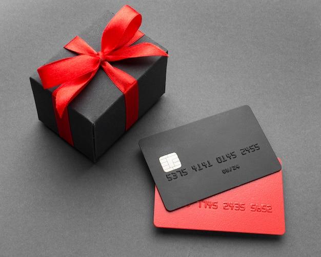 Venta de cyber monday tarjetas de crédito y caja de regalo Foto gratis