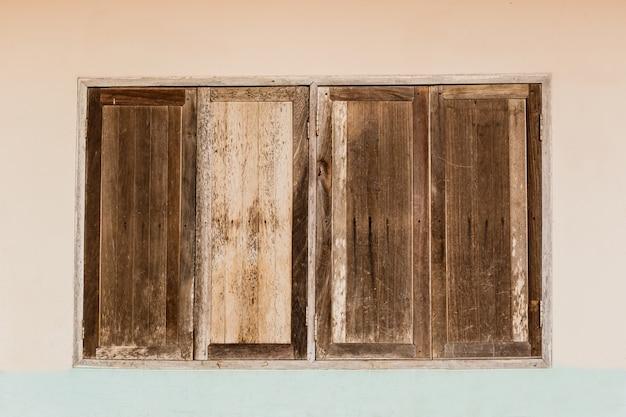 Ventanas de madera viejas en la pared vieja   Descargar Fotos premium