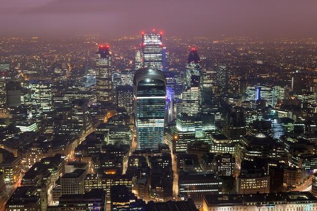 Ventanas de la oficina comercial de rascacielos Foto Premium