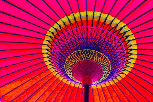 Ver debajo de un paraguas japonés Foto Premium