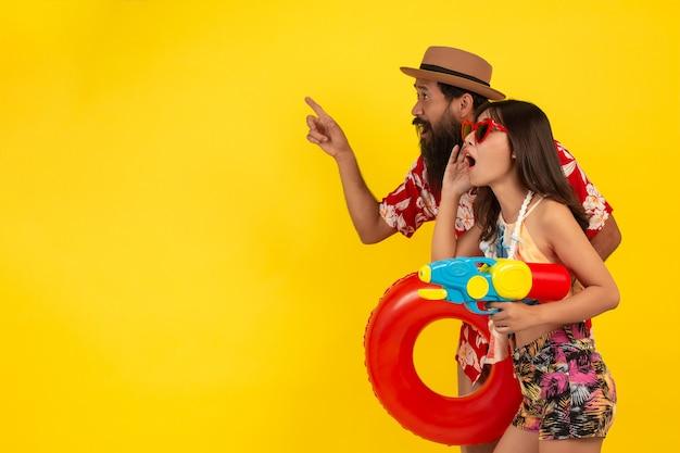 Verano diversión de hombres y mujeres jugando con agua Foto gratis