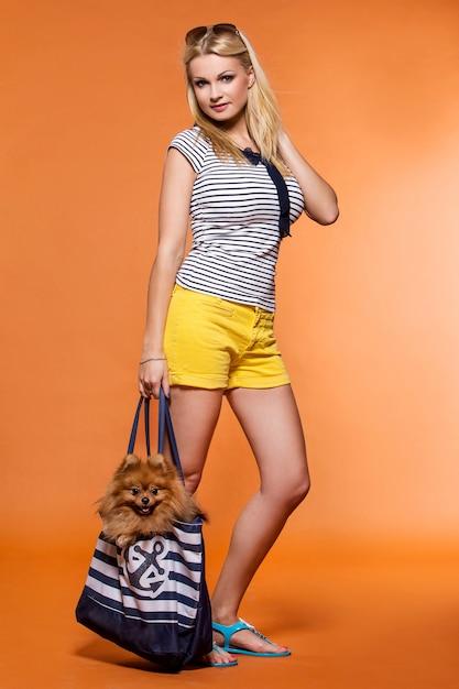Verano. hermosa rubia con perro Foto gratis
