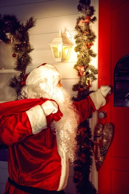 El verdadero santa claus. santa llama a la puerta. nochebuena Foto Premium