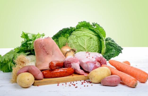 Verduras y carnes para preparar un estofado con repollo Foto Premium