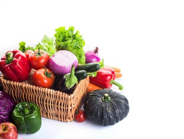 Verduras en una cesta Foto gratis
