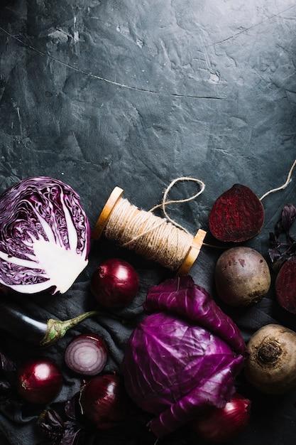 Verduras y cuerda sobre un fondo de espacio de copia de grunge Foto gratis