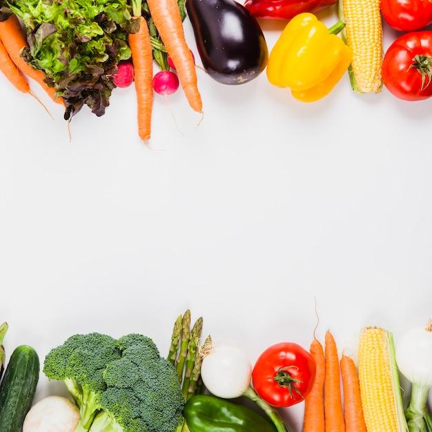 Verduras deliciosas y espacio en medio Foto gratis