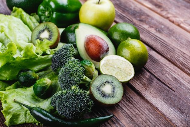 Verduras frescas, frutas y vegetación. vida sana y comida. Foto gratis