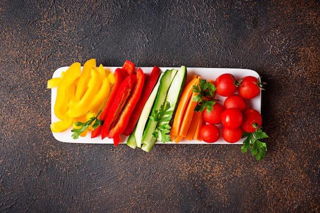 Verduras frescas del palillo. aperitivos saludables Foto Premium