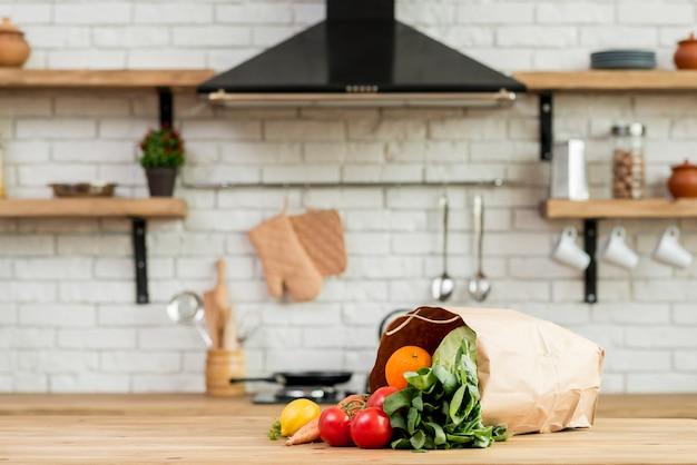 Verduras y frutas en la encimera Foto gratis