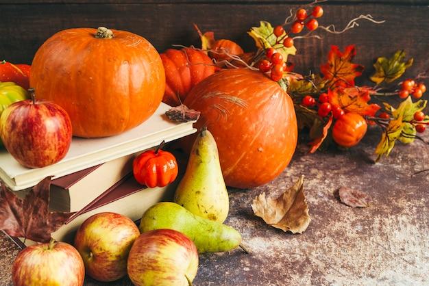 Verduras y frutas en mesa Foto gratis