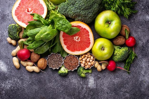 Verduras, frutas, semillas y frutos secos. Foto Premium