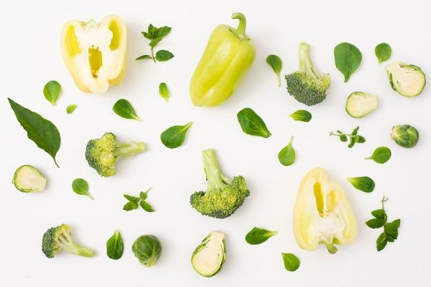 Verduras de primer plano sobre fondo blanco simple Foto gratis