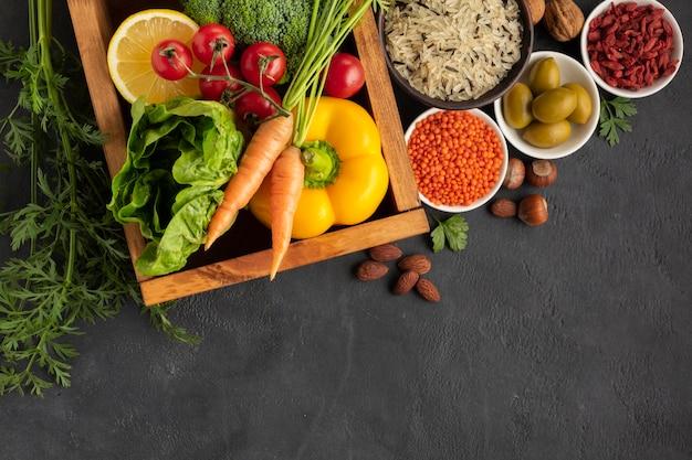Verduras con semillas en la vista superior de la mesa Foto gratis