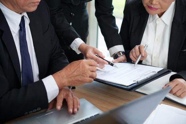 Verificación de los términos del contrato Foto gratis