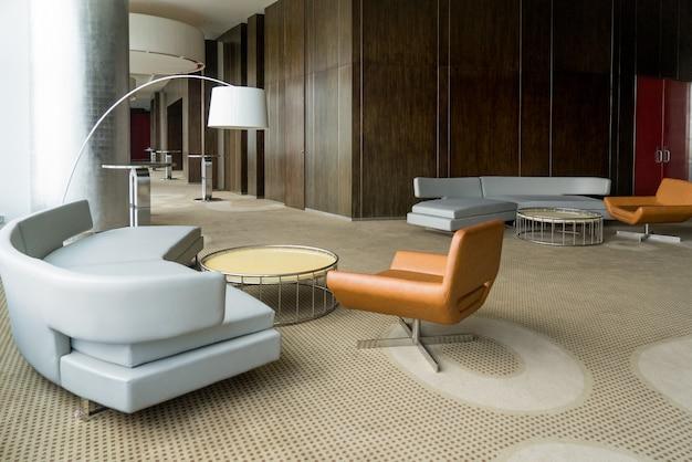 Vestíbulo moderno del hotel con pasillo o sala de estar de la oficina. Foto gratis