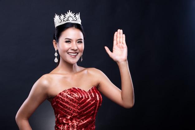 Vestido de concurso de concurso de miss pageant con corona de diamantes Foto Premium