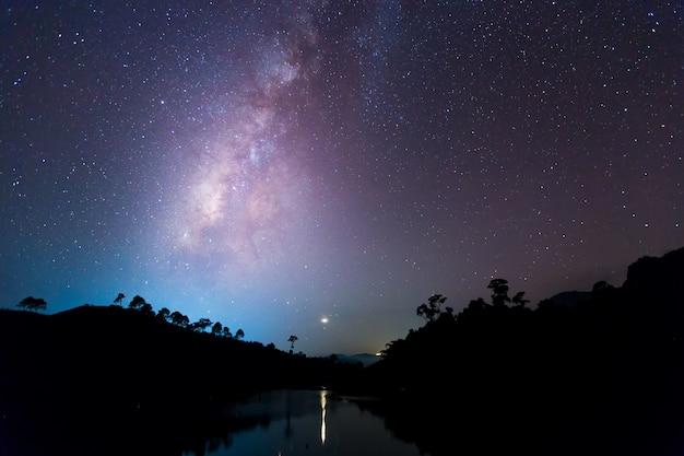 Vía láctea con estrellas y polvo espacial en el universo. Foto Premium