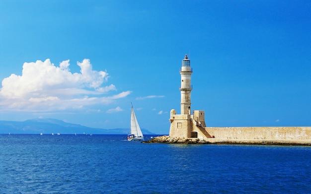 Viajar en grecia. hitos de la isla de creta - faro en la ciudad de chania Foto Premium