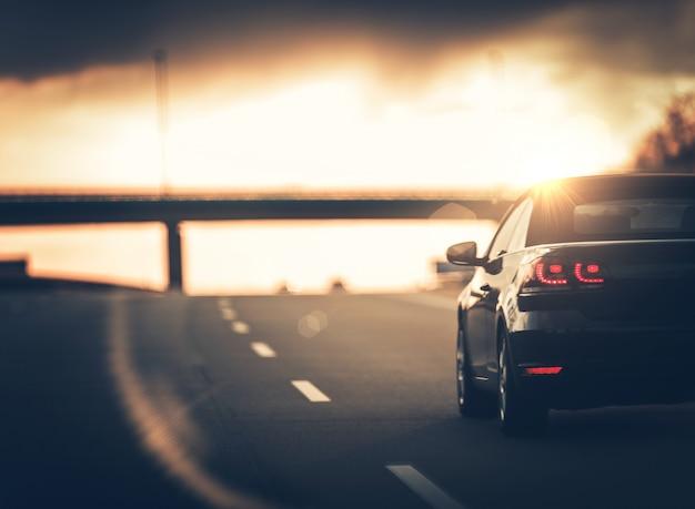 Viaje en coche en la autopista Foto gratis