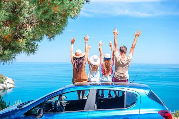 Viaje en coche de verano y familia joven de vacaciones. Foto Premium