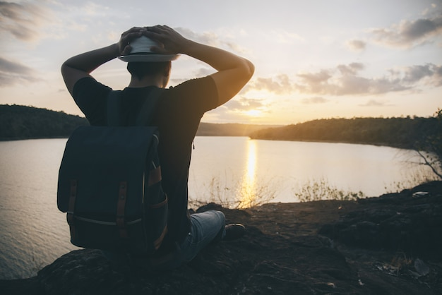Viaje joven en la puesta de sol Foto gratis