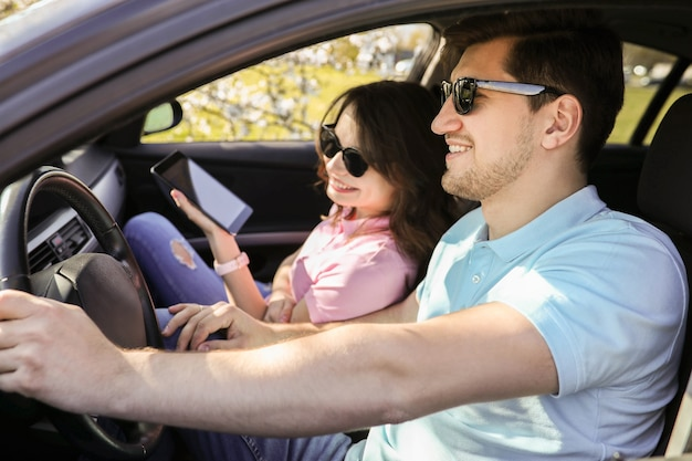 Viaje. la pareja viaja en el coche Foto gratis