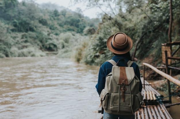 Las viajeras viajan alegremente. Foto gratis