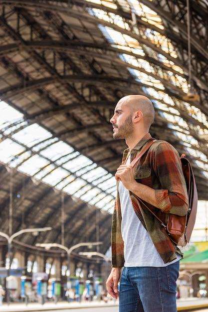Viajero de ángulo bajo en el metro Foto gratis