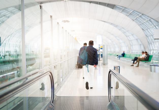 eb0e493c8 Viajero con bolsa de viaje o equipaje caminando en la terminal del  aeropuerto. | Descargar Fotos premium