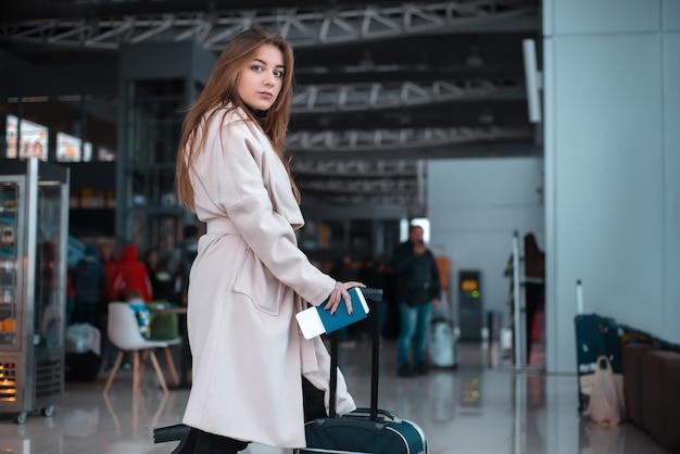 Viajero caminando por el pasillo del aeropuerto. Foto Premium