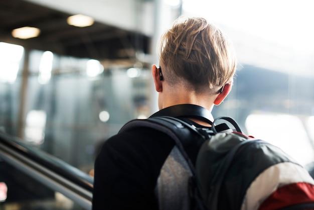Viajero caucásico joven en el aeropuerto Foto Premium