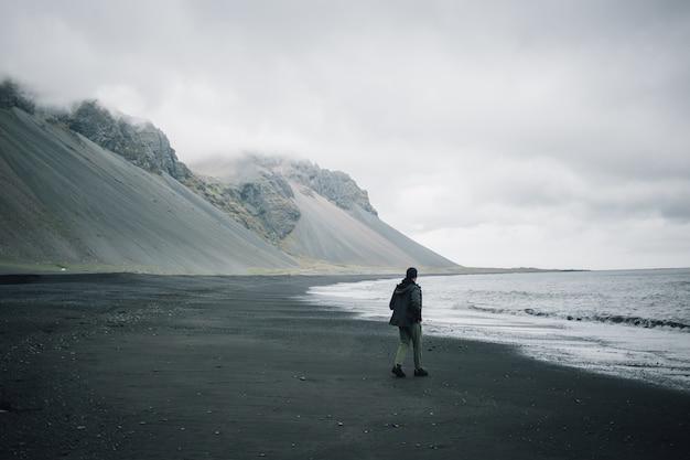 Viajero explora el accidentado paisaje de islandia Foto gratis