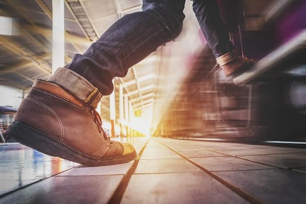 Viajero hombre corriendo y prisa para coger y entra en el tren Foto gratis