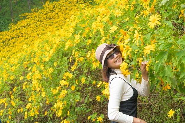 Viajero mujer asiática en vacaciones. Foto Premium