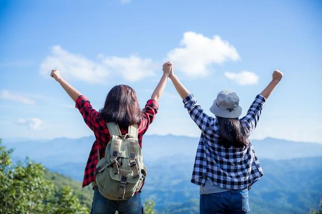 Viajeros, mujeres jóvenes, miren las increíbles montañas y bosques, ideas para viajar con pasión por los viajes, Foto gratis