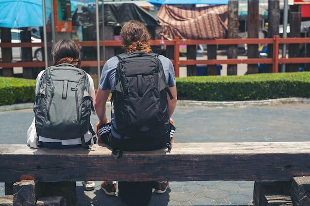 Los viajeros pueden sentarse mientras viajan. Foto gratis