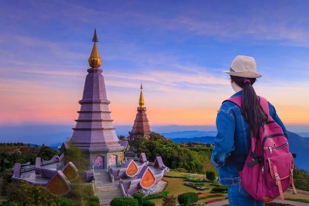 Viajeros que miran el paisaje de dos grandes pagodas en la cima de la montaña doi inthanon, chiang mai, tailandia. Foto Premium