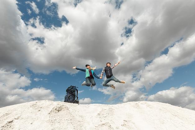 Viajeros de tiro largo disfrutando de la naturaleza Foto gratis