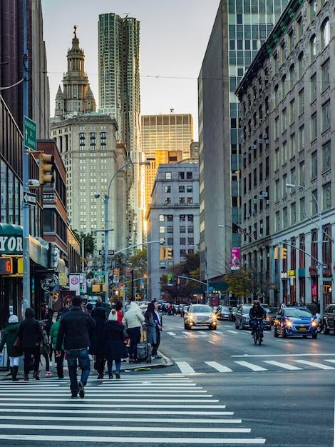 Los viajes en taxi cruce rascacielos tráfico Foto gratis