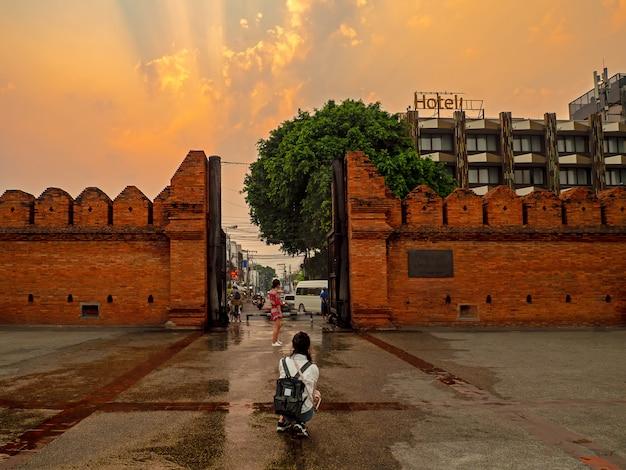 Viajes de turismo alrededor de la puerta de thapae, puerta de thapae a la zona de la ciudad vieja de chiang mai Foto Premium