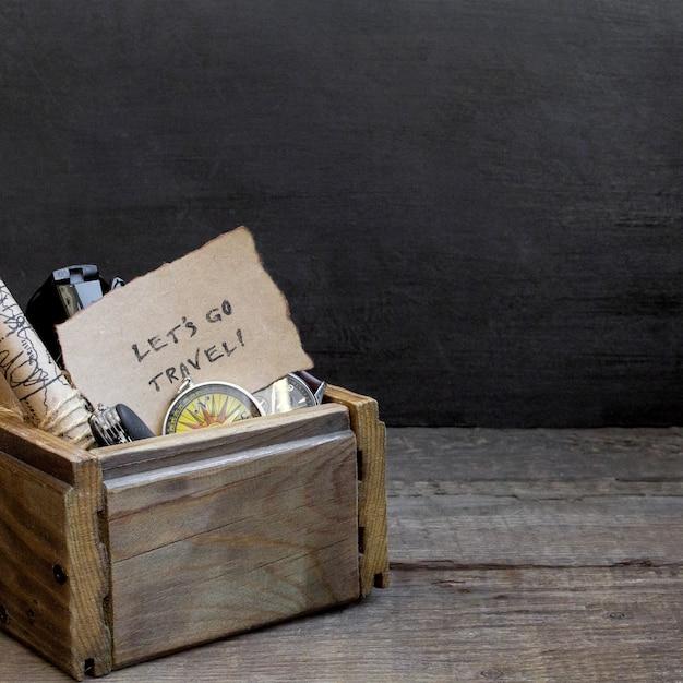 Viajes y vacaciones, caja de madera mesa de fondo, brújula, mapa Foto Premium