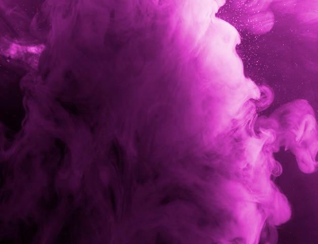 Vibrante nube de neblina púrpura en líquido Foto gratis