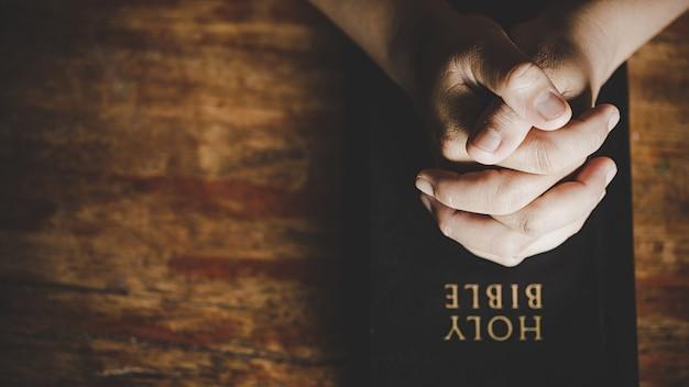 La vida cristiana crisis de oración a dios. Foto gratis