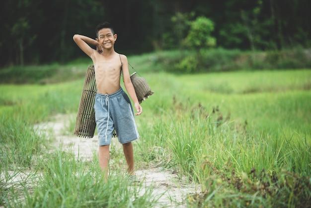 La vida del muchacho asiático en el campo Foto gratis