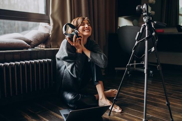 Video blogger filmando un nuevo vlog para su canal Foto gratis