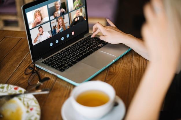 Videollamada lateral en portátil exterior Foto gratis