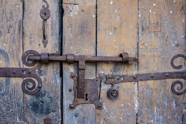 Una vieja cerradura de una puerta oxidada y con la madera vieja Foto Premium