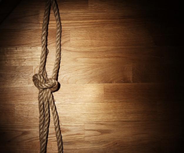Vieja cuerda sobre superficie de madera Foto gratis